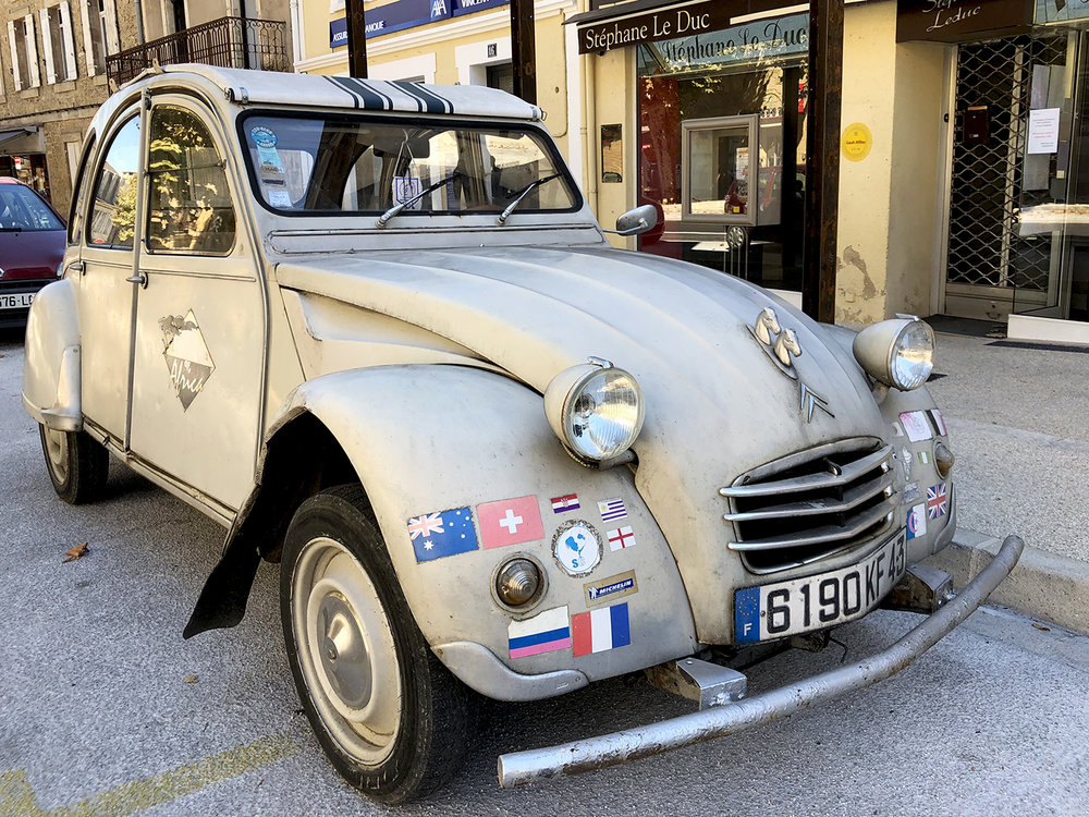 A well-traveled 2 CV. I wonder whether it actually visited all the countries featured on its flags.