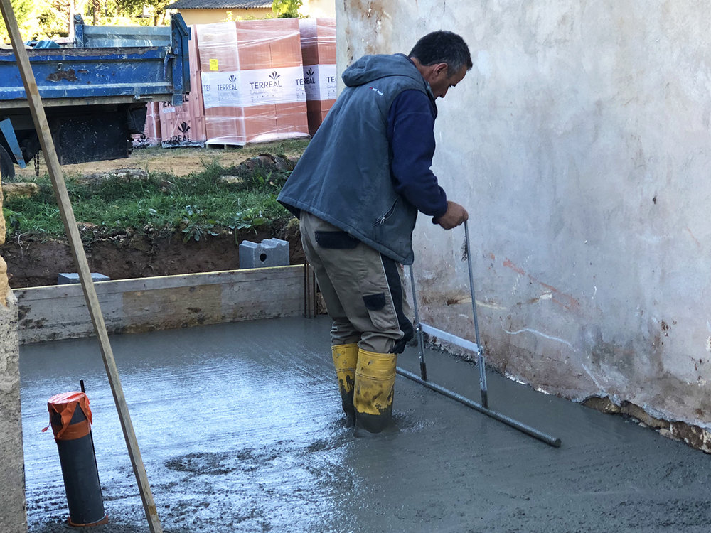 Michel smoothing concrete in the future bathroom