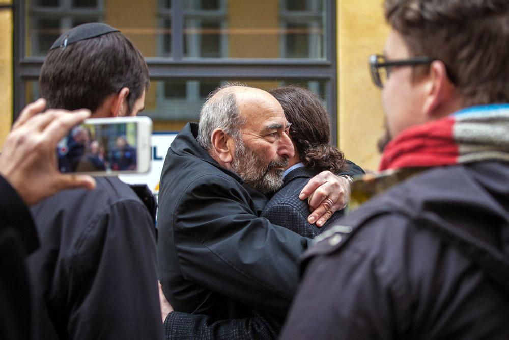 Den dræbte synagogevagts far omfavner digteren Yahya Hassan