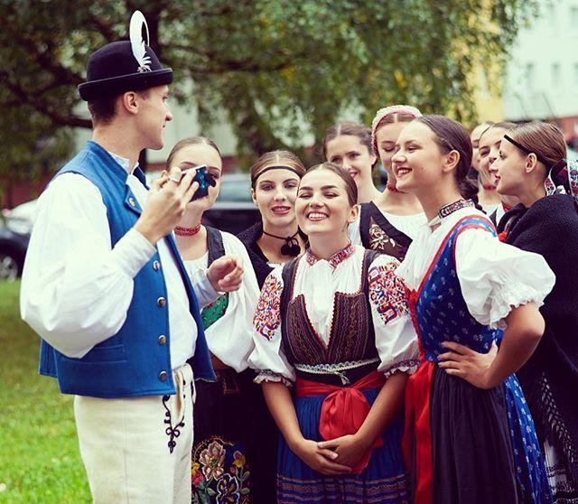 Pozývame Vás 29.4 na vystúpenie do Komárna a na prvomájové vystúpenie v Dubnici nad Váhom, ktorými zahájime tohtoročnú sezónu 🎻 tešíme sa  #fsvrsatec #vrsatec #performance #vystupenie #prvymaj #komarno #dubnica #kroje #kroj #folklor