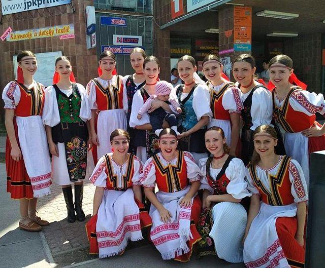 Prvomájové domáce vystúpenie za nami 🙂 + v strede budúca vrsatčiarka  #fsvrsatec #vrsatec #prvymaj #maj #vystupenie #folklor #slovenskyfolklor #slovenskedievca #slovenskykroj #performance #slovakfolklore