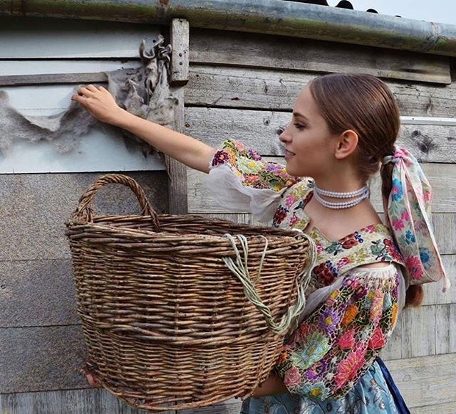 Všetko najlepšie k dnešným narodeninám Terka 🙂🎉 #fsvrsatec #vrsatec #birthdaygirl #folklore #folklor #hrochot #kroj #slovakia #slovenskykroj #slovakfolklore #narodeniny