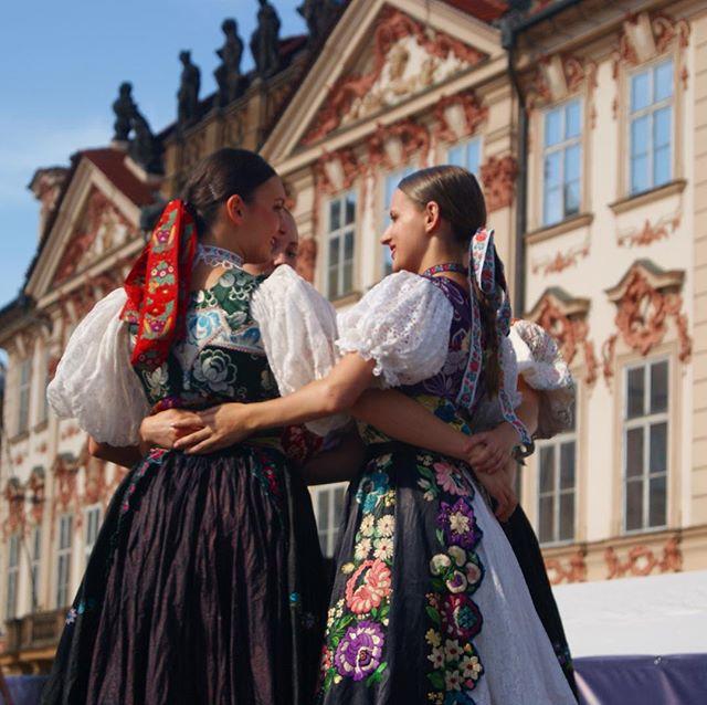 Praha ❤️ národů 2018 . . . . . #prahasrdcenarodu #prahasrdcenárodů #praha #prague #poniky #fsvrsatec #vrsatec #staromestkenamesti #prahasrdcenarodu2018 #folklore #slovakfolklore #slovenskedievky