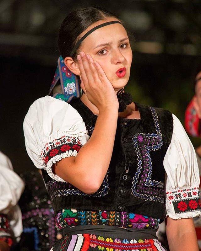 Tu ma bolí, tu ma pichá, tu ma dačo omína  Mirka všetko najlepšie k narodeninám prajeme 🙂 #fsvrsatec #happybirthday #slovakfolklore #slovensketradicie #vrsatec #dobraniva #niva #klenovskarontouka #klenovec #slovenskykroj