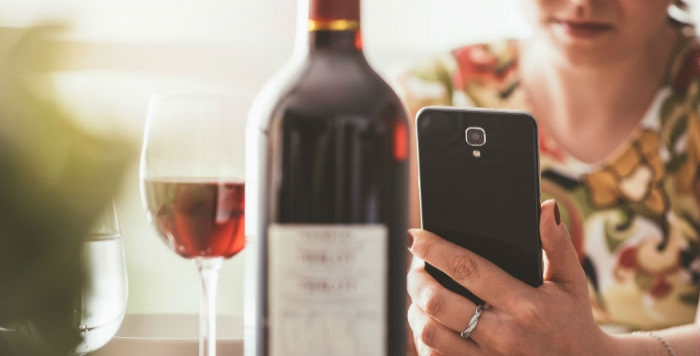 leggere l'etichetta del vino a tavola