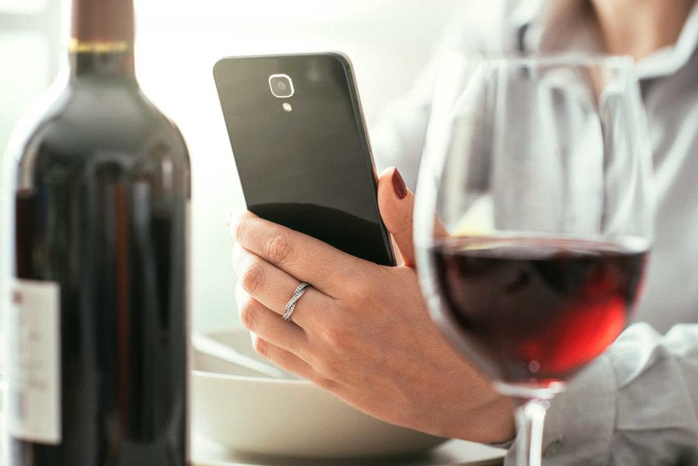 scansione bottiglia di vino con smartphone