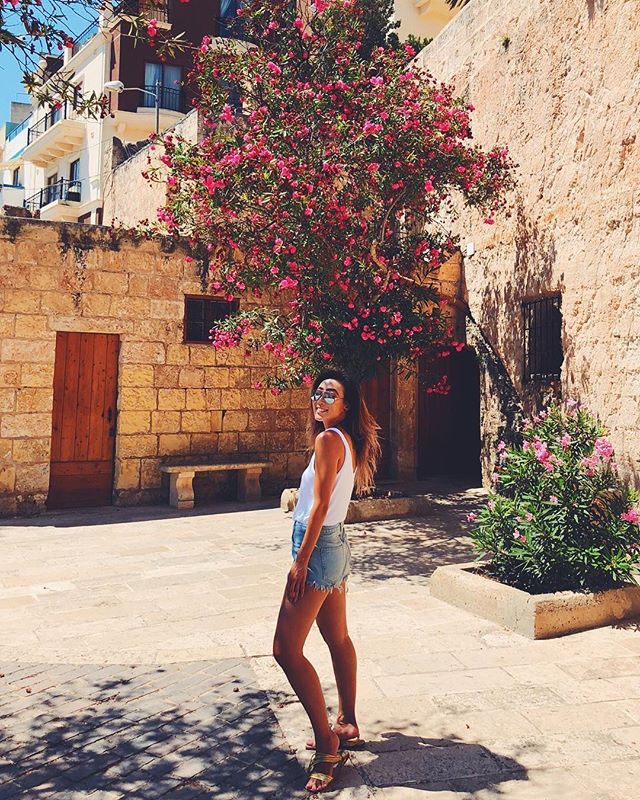 No worries, be happy 😆 #island 🌞@firstandseven #firstseventravels #firsttakeonmalta #lateinsta . . . . . . . . . #outfittip #florals #denimshorts #90s #citylook #islandstyle  #summerlook #summerfeels #summervibes #nationalcatday #malta #europe #travelstyle #travelguide #travelblog #bloglife #instamoment #instatravel #fashionantics #firstandseven #swimsuit #shortshorts #whitetank #fashionoftheday #styleoftheweek #chilloutfit