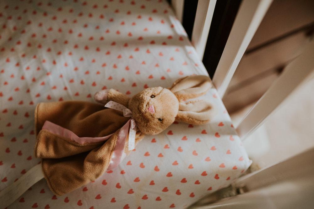 newborn-baby-familyphotoshoot-pink-love-inhome-documentary-medicinehat-alberta-5.jpg