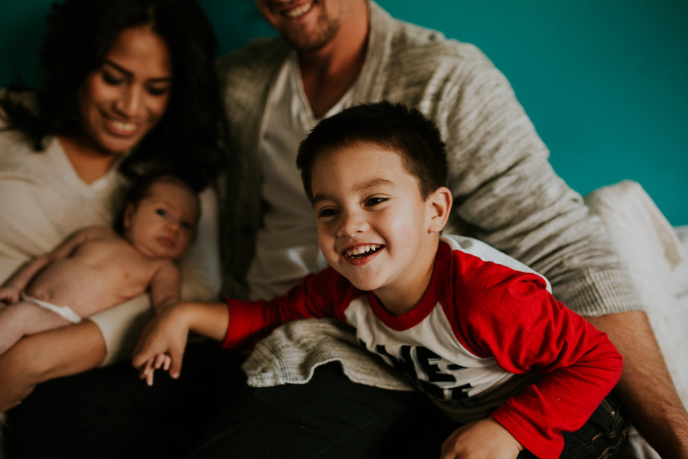 newborn-baby-familyphotoshoot-pink-love-inhome-documentary-medicinehat-alberta-13.jpg