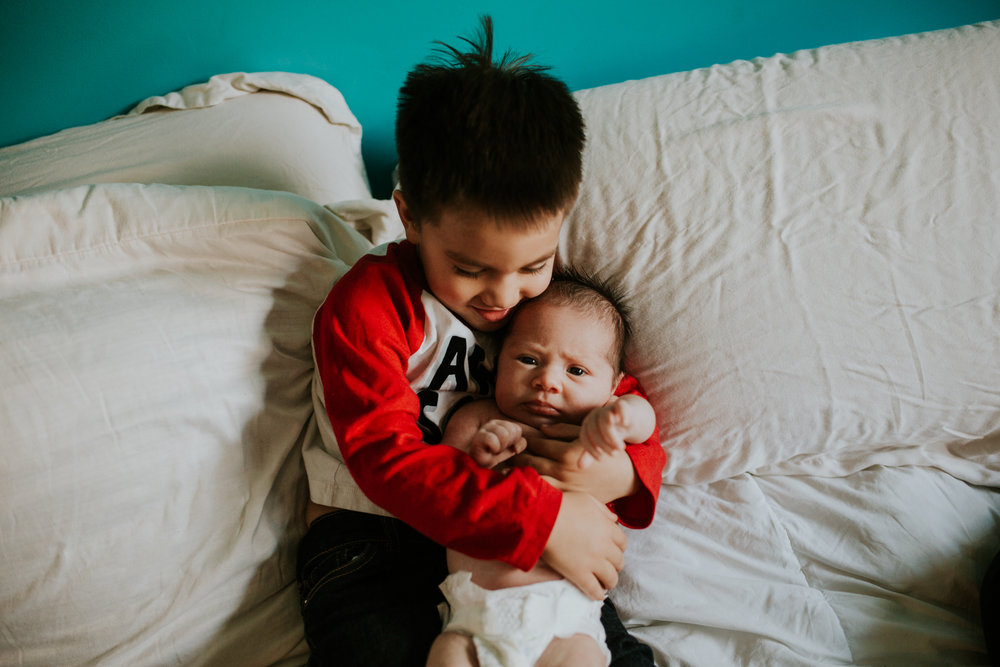 newborn-baby-familyphotoshoot-pink-love-inhome-documentary-medicinehat-alberta-15.jpg