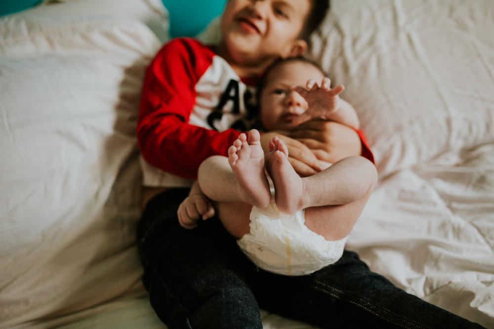 newborn-baby-familyphotoshoot-pink-love-inhome-documentary-medicinehat-alberta-17.jpg