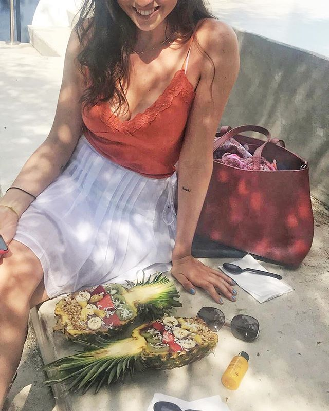 Those pineapple açai bowls might look 🤤, but they were so messy to eat from! It was the wrong day to wear white 😅. But it did feel great to not have wasted another plastic bowl. There is enough trash in the world. 🌎 ❤️ *Purse is made from vegan leather by the amazing and inspiring @matt_and_nat. ✌🏻 #consciousliving #veganlifeisgood #pineappleacaibowl 📸 @bananas.n.cream