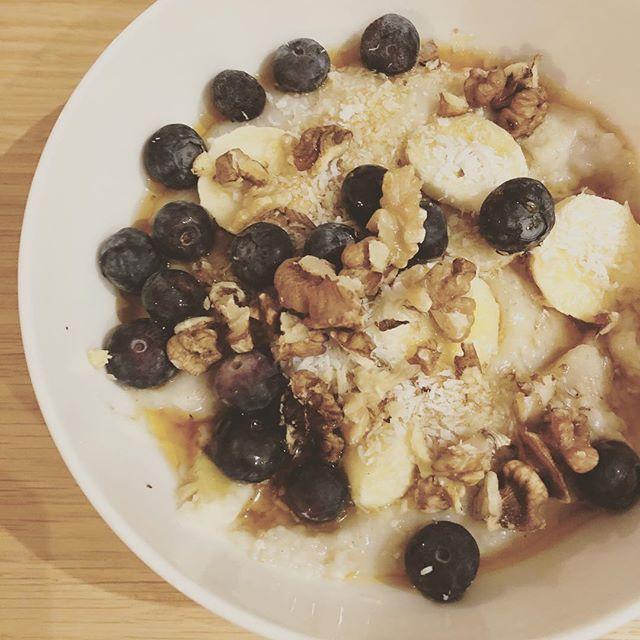 Fuel for this morning's long run. Almond milk porridge, coconut, walnuts, blueberries and banana.. #marathontraining #veganrunner #plantbasedathlete #veganbreakfast #sundaylongrun #longslowrun