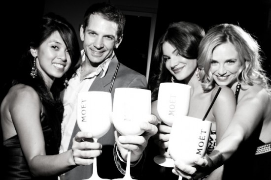 glam-guests-and-champagne-550x366.jpg