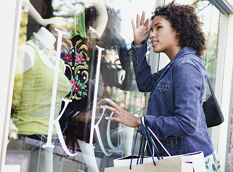 Woman-window-shopping_essence.jpg