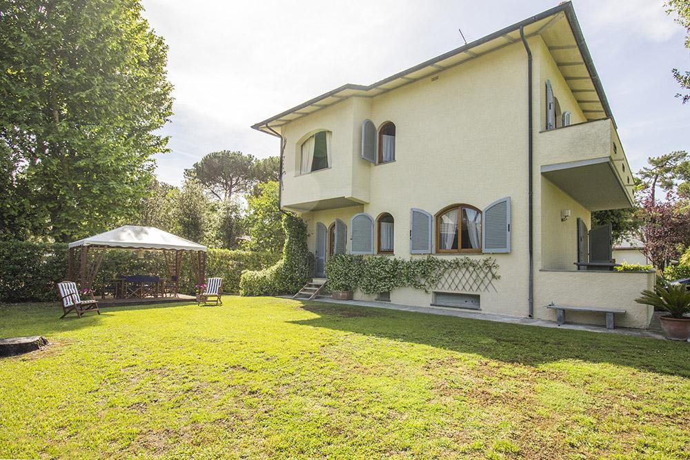 2-For-sale-luxury-villas-Italy-Antonio-Russo-Real-Estate-Villa-Chic-Forte-dei-Marmi-Tuscany.jpg