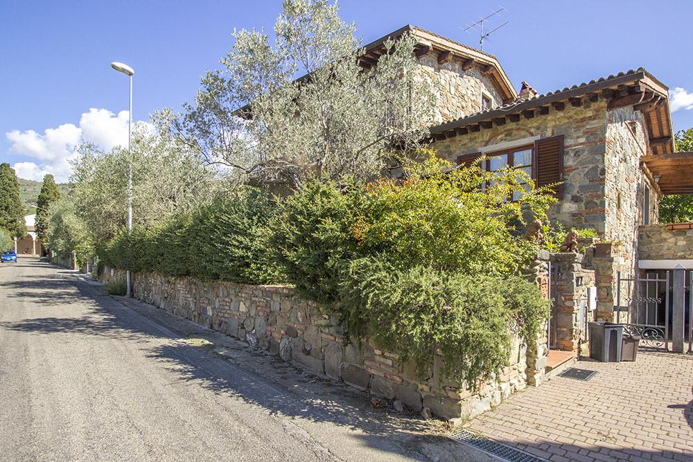 2-Casale-in-Valdarno-Farm-Terranuova-Bracciolini-Arezzo-Tuscany-For-sale-farmhouses-country-homes-in-Italy-Antonio-Russo-Real-Estate.jpg