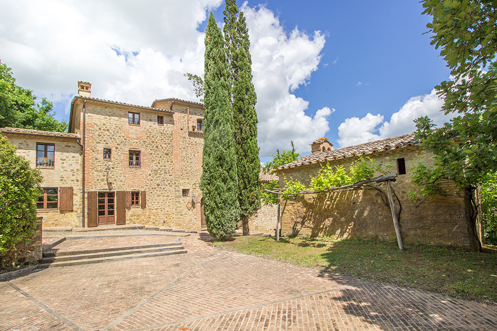 8-For-sale-unique-holiday-stay-Italy-Antonio-Russo-Real-Estate-Borgo-Il-Poeta-Umbria-Accommodation-Facility.jpg
