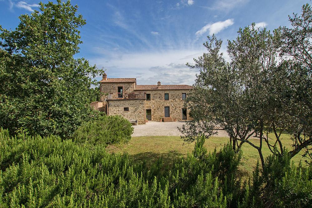 1-Casale-La-Lucciola-Farm-Sinalunga-Siena-Countryside-Tuscany-For-sale-farmhouses-country-homes-in-Italy-Antonio-Russo-Real-Estate.jpg