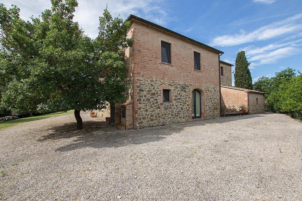 3-Casale-La-Lucciola-Farm-Sinalunga-Siena-Countryside-Tuscany-For-sale-farmhouses-country-homes-in-Italy-Antonio-Russo-Real-Estate.jpg