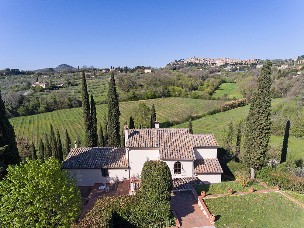 2-For-sale-farmhouses-country-homes-in-Italy-Antonio-Russo-Real-Estate-Casale-Il-Pratolino-Countryside-Montepulciano-Siena.jpg