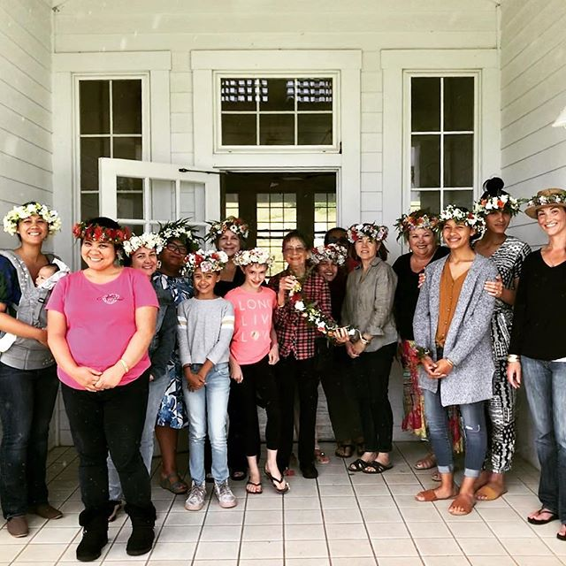Another wonderful Haku lei making class in the books. Mahalo @ainahuaflorals for another amazing event! #hakulei #annaranchheritagecenter #sundayfunday #ainahuaflorals