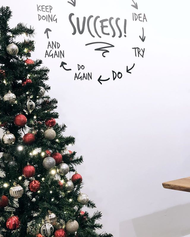 Things are looking a little festive in the office 💫🎄