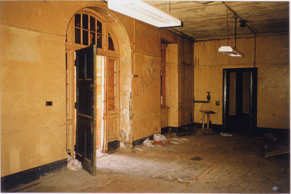 The foyer of the central wing, prior to the building's restoration (Tanner and Associates Architects)