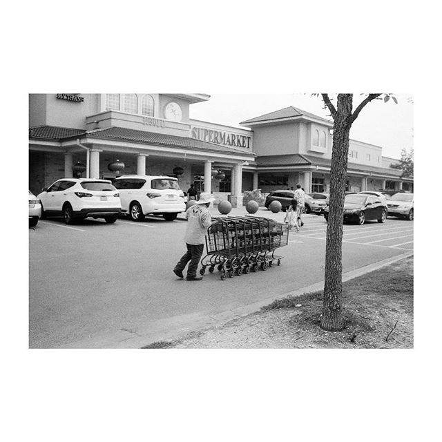 Leica M6 |  Kodak Tri-X400 Austin, Tx _______________________ #womeninstreet #femalestreetphotographer #35mm_look #bestfilmphoto #streetfeat #streetphotography #streetlife #leicam6 #leicauser #filmisnotdead #analogphotography #ishootfilm #35mmfilm #filmcamera #buyfilmnotmegapixels #filmshooter #filmphotography #analoguepeople  #framed_legit #myfeatureshoot #somewheremagazine #theanalogclub #photofilmy #boxspeedfeature #nowherediary #kodaktrix400 #monochrome #blackandwhitephotography #bmw photography #leica🔴