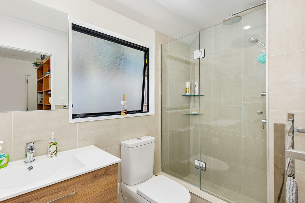 Bathroom tiled shub.