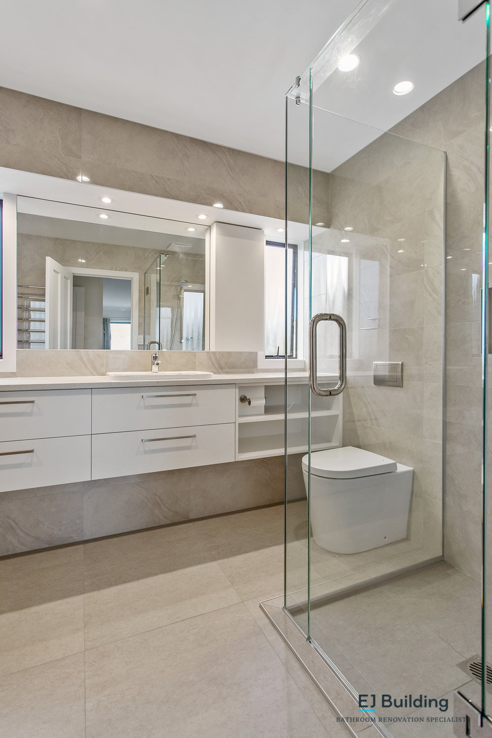Ellerslie bathroom renovator Auckland. Great looking bathroom with large mirrors to reflect light and make the space feel larger . Bathroom Renovation by E J Building Bathroom renovators In Auckland.