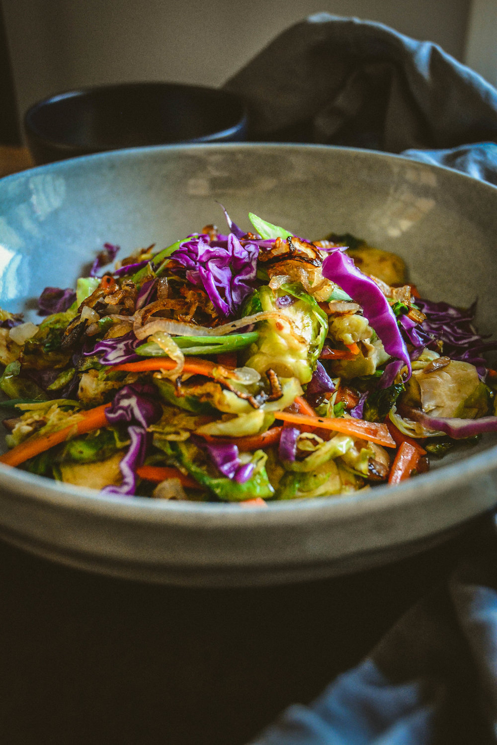 Brussels sprouts salad with red cabbage and sweet chili sauce