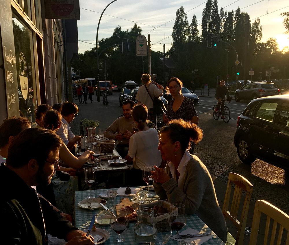 ANDALUSIEN IN BERLIN - Was für ein schöner Abend!In der Abendsonne serviert gab es Tapas-style unsere Morcilla, Manchego Käse,100% Bellota Schinken und vor Ort gegrillt Filet und Nacken vom 100% rassigen Iberico Schweinen von Ernestine. Dazu kräftiger Rotwein von La Bodega Cerrón.