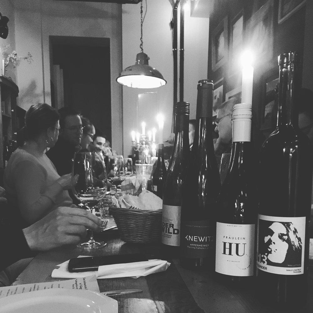 Eine kulinarische Brotzeit in 7 Gängen|Lieblingsstücke treffen auf junge Wein-Talente - Zwei ganz tolle Abende im Rahmen des EatBerlin! Feinschmeckerfestivals. Wir habe die Weine von jungen Weintalenten mit unseren Lieblingsstücken aus Käse und Wursttheke kombiniert. Ein Abend war sogar Winzer Lewis Schmitt mit dabei. Ganz lieben Dank!