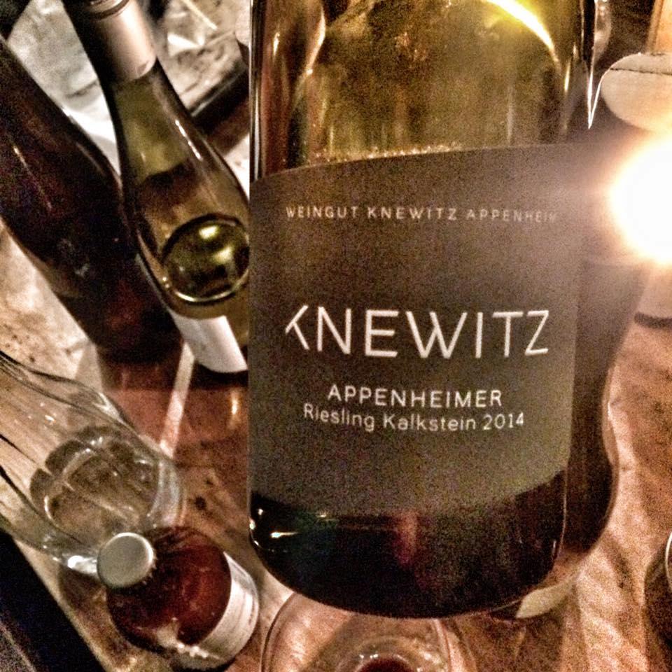 Winzerabend mit Tobias Knewitz - 07.05.2018, 19:30 UhrTobias Knewitz ist einer der jungen Weintalente bei uns im Weinregal und endlich wieder zu einem unserer kulinarischen Abende da!!Wir werden zusammen seine Guts-, Orts-, und Lagenweine Verkosten. Vielleicht haben wir ja das Glück seinen Reserve-Chardonnay 2016 zu probieren. Es bleibt ungewiss.Der Chardonnay von Tobias ist laut Vinum Weinführerder, momentan DER CHARDONNAY -der BESTE in Deutschland. Absolutes muss.