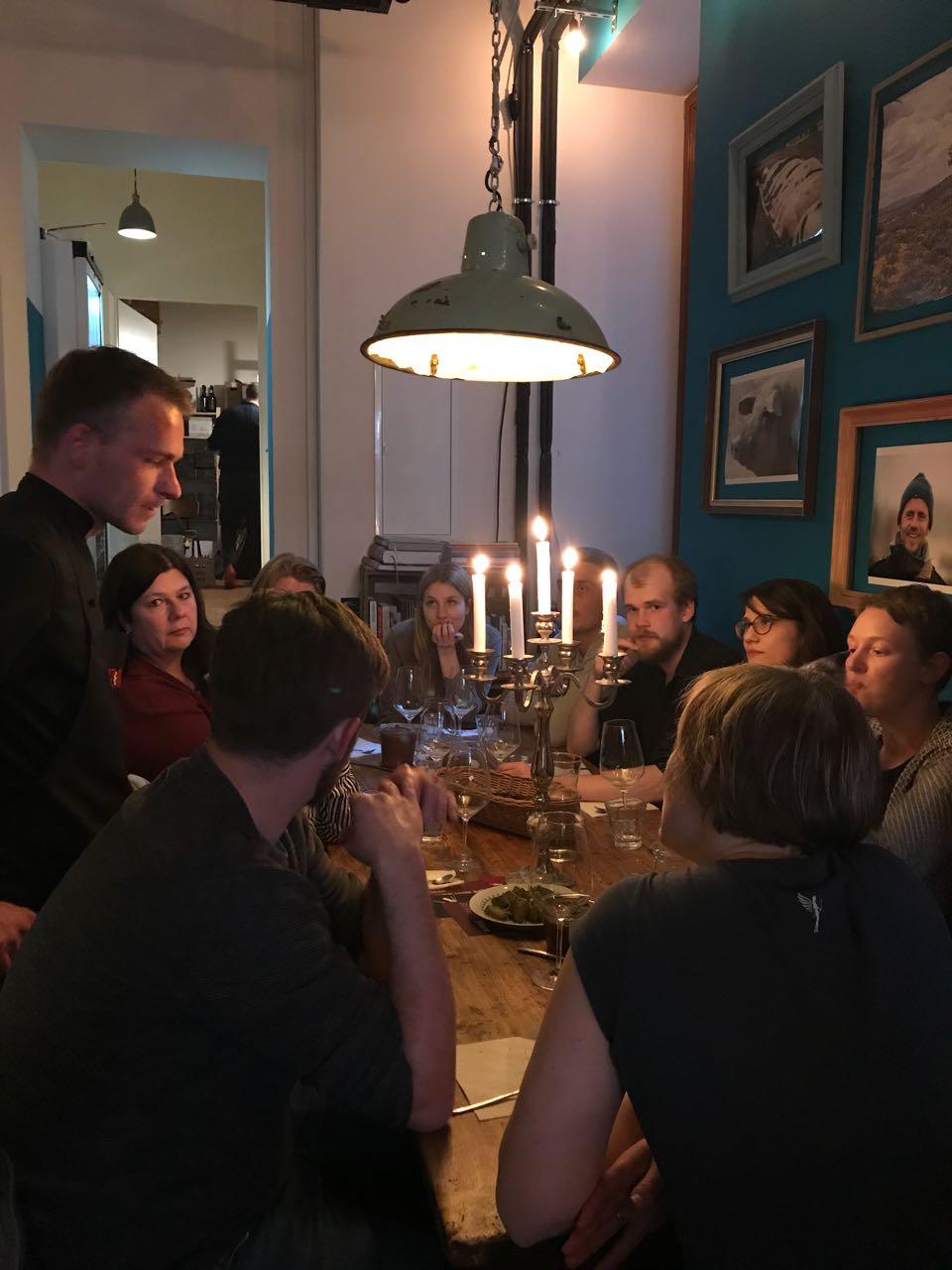 """Ein kulinarischer Abend mit Herz & Niere - Es war ein schöner Abend mit unseren Freunden Christoph und Michael vom Restaurant Herz & Niere, die das """"Nose-to-Tail"""" in Berlin perfektionieren. In verschiedenen Gängen gab es ihre Wurst & Fleisch Köstlichkeiten und ihre Weck die Heimat Gerichte. Dazu die passenden Weinen aus unserem geliebten Weinregal."""