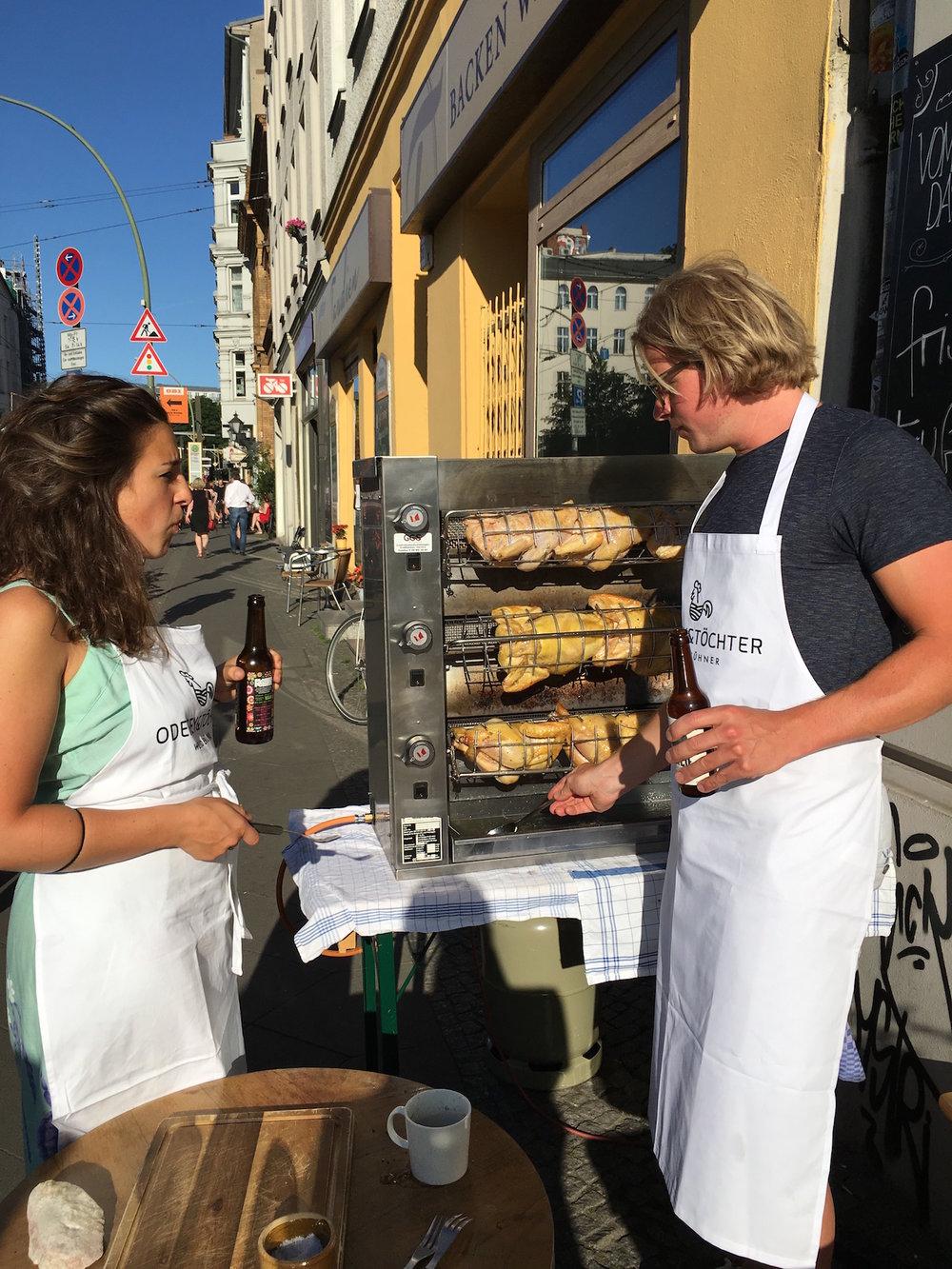 Grill-Hähnchen Party mit Lars Odefey - Eine lange Ess-Tafel. Sechs Grill-Hähnchen. Wein, Bier, Salat und Brot. Gute und einfache Köstlichkeiten für eine ordentliche Grillparty. Eine Grillparty unter guten Freunden - mit den besten Grill-Hühnchen der Stadt.