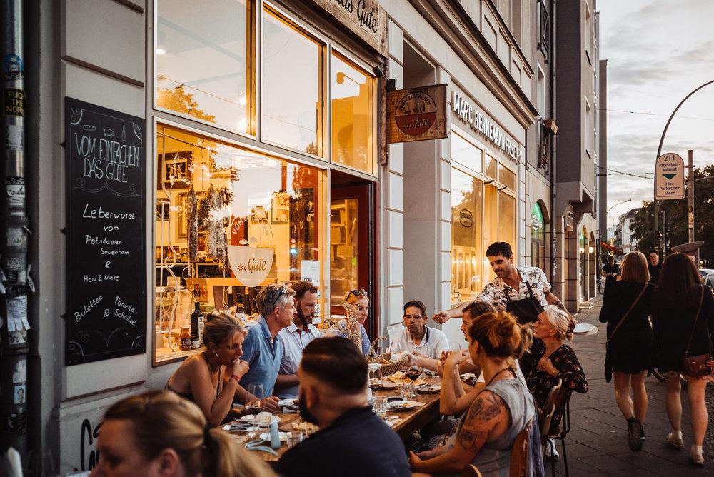 Ein kulinarischer Grillabend 2.0 mit Vom Einfachen das Gute - Slow-cooked Iberico Ribs, Iberico Filets, und ein rosa gegrilltes Flanksteak ein bisschen Salat, ein paar im Ibericofett geröstete Rosmarinkartoffeln und das Leben ist schön! Dazu passende sommerliche Weine. Einfach. Gut. Den Sommer zusammen genießen...