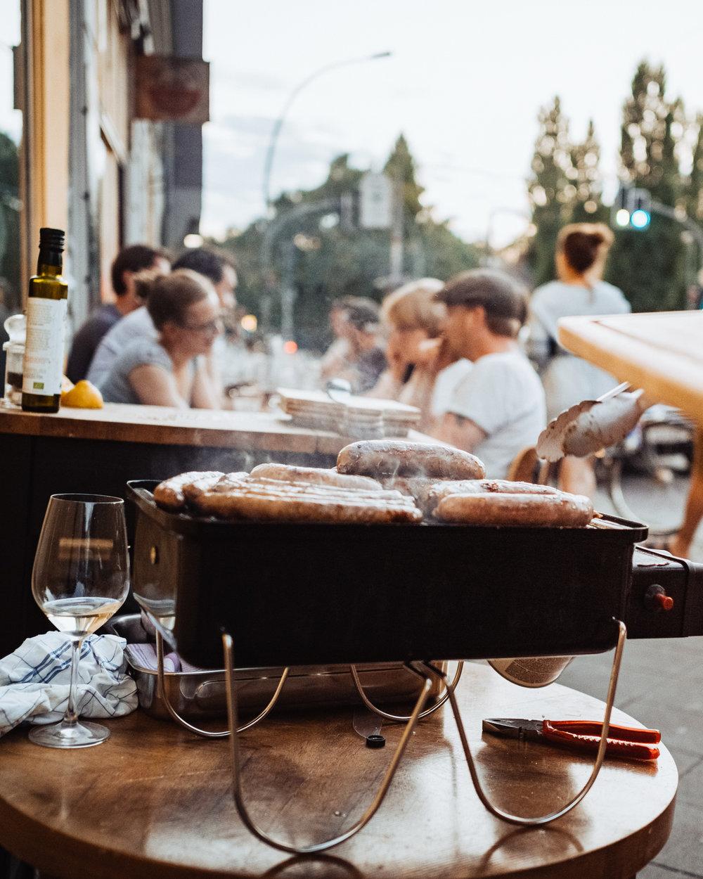 EIN KULINARISCHER BBQ-ABEND mitVOM EINFACHEN DAS GUTE - Bratwürste, Iberico Rippchen, Flanksteaks und was man noch so auf den Grill schmeißen kann. Ein bisschen Salat. Dazu Wein und Bier. Einfach. Gut. Den Sommer zusammen genießen...