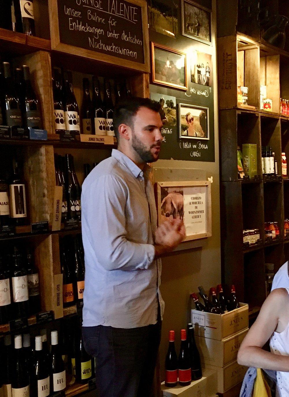 Spätburgunder Weinabend - Mit Winzer Lewis Schmitt vom Weingut J. Neus haben wir die ganze Bandbreite seine Weine ausprobiert, der Abend war nicht komplett dem Pinot Noir gewidmet und wir durften seinen fantastischen Chardonnary, Weißburgunder probieren. Ein Schmaus!