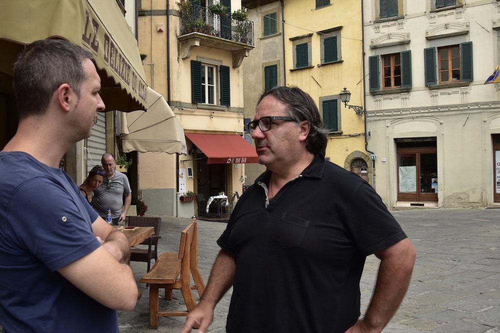 Aldo's Sohn, Georgio Lacomoni, zeigt uns woher die Tiere kommen und wo unsere Salami Sbriciolona herkommt.