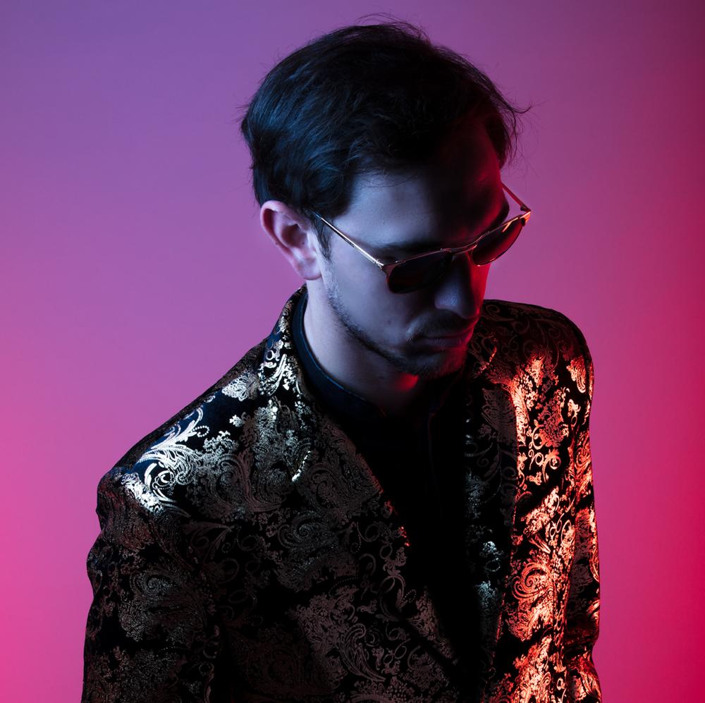 MAX DAY   Max Day est un jeune artiste français, auteur-compositeur de chansons pop qui s'inscrivent dans un univers ensoleillé, sensuel et sensible.  L'univers pop de Max Day se caractérise par des textes subtiles, ambigus, maniant la plume avec humour et poésie afin de cristalliser des sentiments universels dans des décors oniriques sans jamais s'éloigner des réalités actuelles.