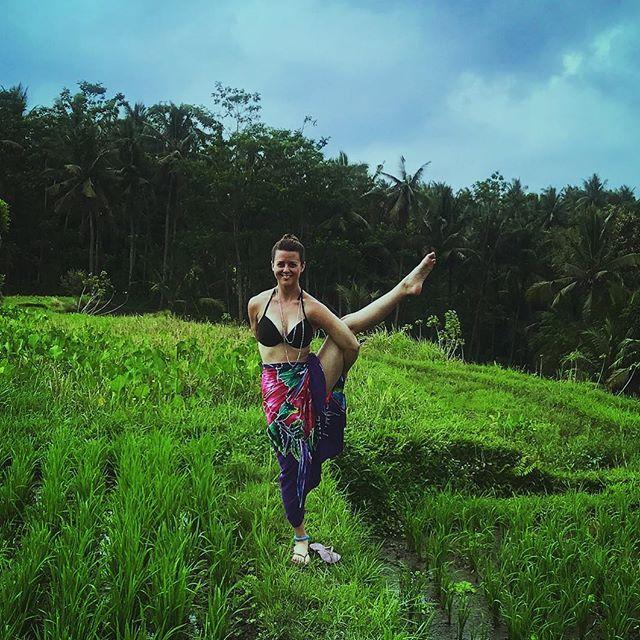 Just being a bird in paradise. 🌴🌺🧘🏻♀️#soulshinebali #bali #birdofparadise #svargadvijasana 📷: @wanderlust_struggles_