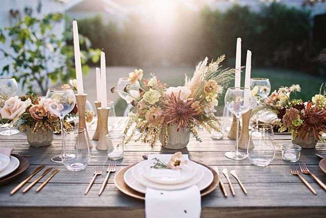 Feeling a little more October 🤯 with this fall dinner party feature today on@100_layercake 🔥🔥🔥 . . .  photography @carolineyoonphoto / planning @chloeandmint / florals @12olivefloral /rentals @borrowedblu / catering @whoanellycaters / calligraphy @seniman_calligraphy /furniture @wayfair