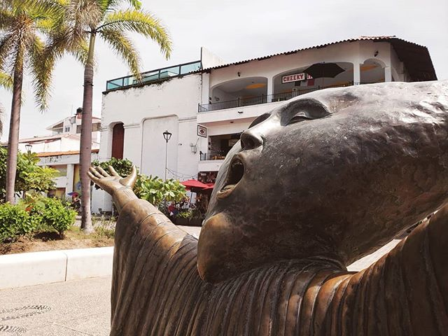 """〰️ PUERTO VALLARTA 〰️ We're suckers for public art, so were more than delighted to find a lot stretch of sculptures along the Malecón in PV. 👌 ⠀⠀ The more than 1.5km boardwalk features a gorgeous collection of statues by artists from around the world. We quite loved this one, """"Searching for Reason"""" (En Busca de la Raźon) by Mexican artist Sergio Bustamante. ⠀⠀ ⠀ ⠀⠀ ⠀ ⠀⠀ ⠀ ⠀⠀ ⠀ ⠀⠀ ⠀ ⠀⠀ ⠀ ⠀⠀ ⠀ ⠀⠀ ⠀ #gosquab #gosquabmexico #mytinyatlas #getlostclub #culturetrip #staycurious #theprettycities #wheretofindme #pathport #artiseverywhere #fromstreetswithlove #storyofthestreet #wesarethestreet #cityart #street_vision #puertovallarta #rivieranayarit #visitmexico #vivemexico #mexicolors #mextagram #foundinmexico #malecon #sculpture #sculptures #sergiobustamante #sculpturepark"""