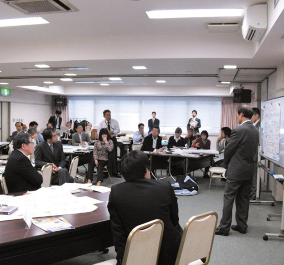 倉吉市版総合戦略・人口ビジョン策定業務('15 鳥取県倉吉市) - 市内13地区で実施した「市民対話集会」や、産・学・金・労などで構成された「未来いきいき総合戦略検討会議」での多様な意見が反映されやすくするよう、とりまとめ方に工夫を重ねました。