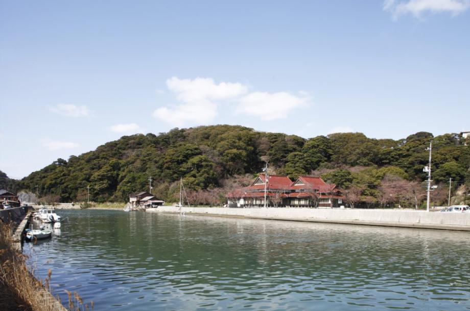 瀬戸ケ島埋立地活用基本方針作成業務('14-15 島根県浜田市) - 長年にわたり遊休地化していた漁港施設を対象として、産業振興・地域振興の実現に向けた基本計画を立案しました。