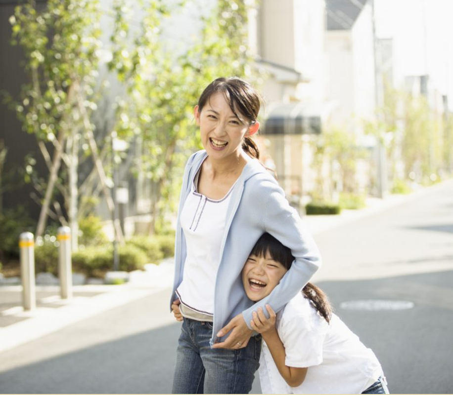 川本町少子化対策事業('14 島根県川本町) - 川本町の子育て環境の魅力を発信するため、3家族への密着取材を行い、そこに流れる温かで濃密な「家族の時間」をパンフレットに収めました。