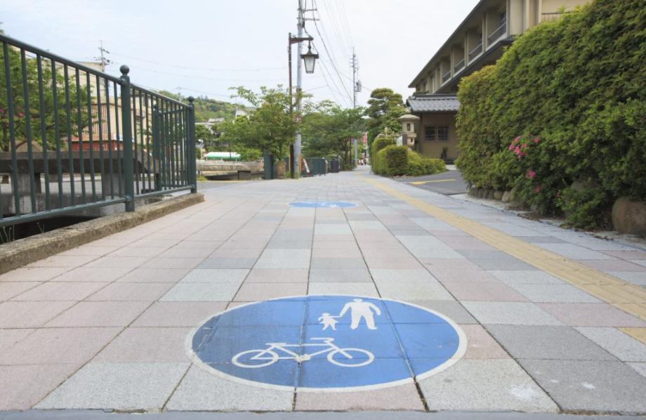 JR玉造温泉駅前広場測量設計業務('12 島根県松江市) - 錯綜していた自動車、自歩行者の通行動線を、新たな歩道設置と利用区域の再配置により整理し、安全性向上と魅力向上を図る駅前広場整備計画としました。