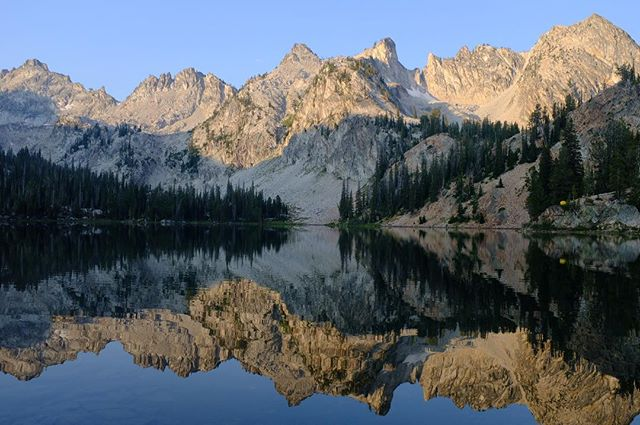 Epic scenery in Idaho. The Sawtooths are unbelievable. This is Alice Lake, half a days hike, overnight camp, lots of swimming. Great sunrise spot. Can you spot our yellow tent? ⛺️